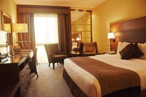سرير أو أسرّة في غرفة في فندق جولدن تيوليب البحرين
