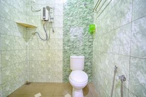 A bathroom at OYO 89765 Motel Arau