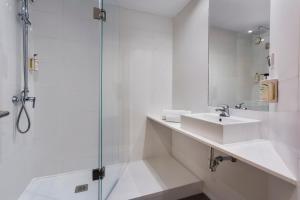 A bathroom at B&B Hotel Alicante