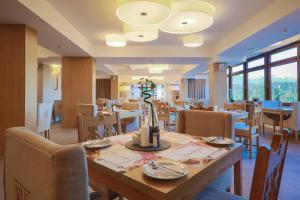 A restaurant or other place to eat at HOTEL*** NAT Bukowina Tatrzańska