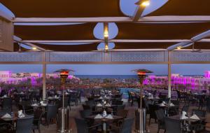 Een restaurant of ander eetgelegenheid bij Albatros Palace Resort - Families and couples only