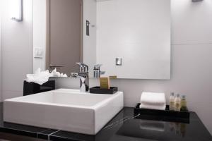 A bathroom at Soro Montevideo, Curio Collection By Hilton