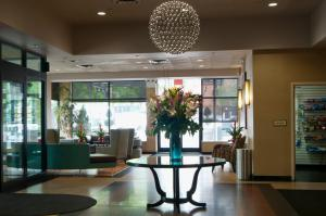 The lobby or reception area at Holiday Inn LaGuardia Airport at Citifield / Flushing, an IHG Hotel