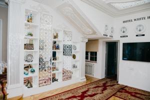 Uma TV ou centro de entretenimento em White House Hotel Baku