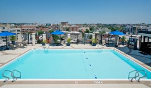 The swimming pool at or near Holiday Inn Washington-Central/White House, an IHG Hotel