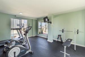 The fitness centre and/or fitness facilities at Eko Residence Hotel - a 200m dos Hospitais da Santa Casa