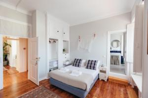 A bed or beds in a room at LEGASEA - Cascais Guesthouse