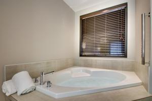 A bathroom at Holiday Inn Express & Suites Helen, an IHG Hotel
