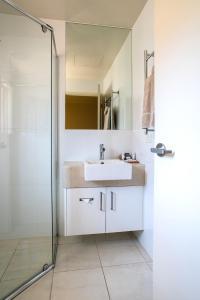 A bathroom at Tea House Motor Inn