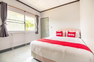 เตียงในห้องที่ OYO 696 Reuntonnam Amphawa