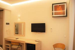 A television and/or entertainment centre at Iniohos Hotel