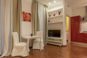 A television and/or entertainment centre at Castro Pretorio & Sallustiano Lovely Flat