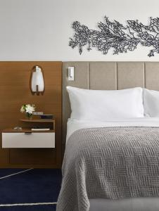 A bed or beds in a room at Hilton Fort Lauderdale Marina