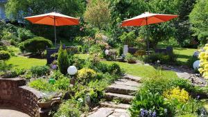 Ein Garten an der Unterkunft Gästehaus am Sonnenhügel