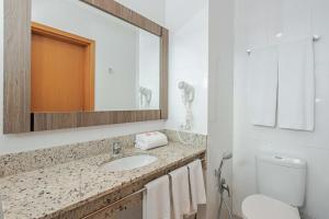 A bathroom at Slim Curitiba Av. das Torres by Slaviero Hotéis