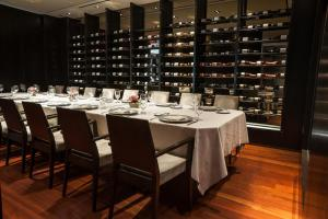 A restaurant or other place to eat at The Langham, New York, Fifth Avenue