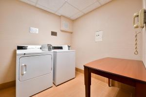 A kitchen or kitchenette at Fairfield Inn and Suites by Marriott Rochester West/Greece