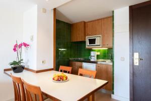 Een keuken of kitchenette bij Hipotels Dunas Aparthotel