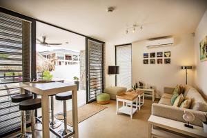 Uma área de estar em La Hasta Luxury Apartment Jan Thiel