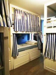 Grand Hostel Coconut房間的床
