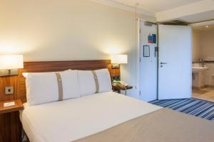 A bed or beds in a room at Holiday Inn Leeds-Wakefield M1 Jct40, an IHG Hotel