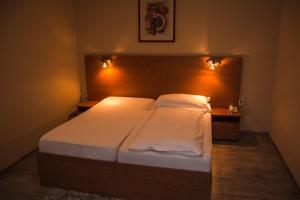 A bed or beds in a room at Hotel Roháč