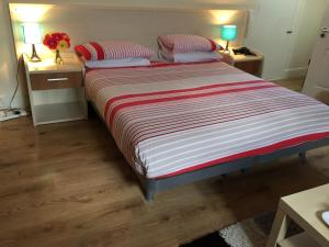 A bed or beds in a room at Inn On The Broadway