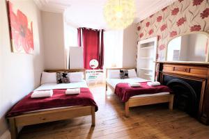 Een bed of bedden in een kamer bij Balmore Guest House