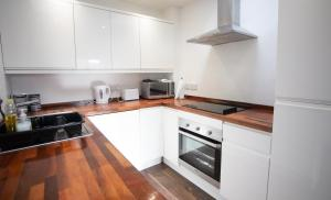 A kitchen or kitchenette at Comfort Stays - High Street