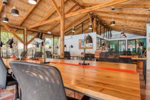 The lounge or bar area at Selina Santa Teresa South