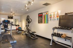 The fitness centre and/or fitness facilities at Sandia Peak Inn at Old Town Albuquerque