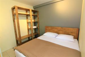 A bed or beds in a room at Queen Victoria Apartment Batam