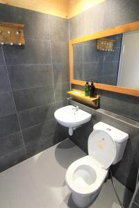 A bathroom at Queen Victoria Apartment Batam