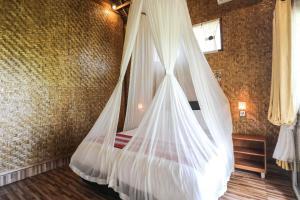 Letto o letti in una camera di Atuh Forest Cottage