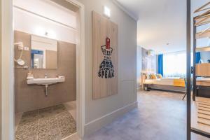 A bathroom at Impulso Fashion Hotel