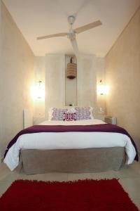 เตียงในห้องที่ Apartamentos Caravane