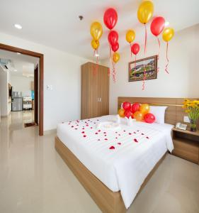 A bed or beds in a room at XO Hotel & Apartments