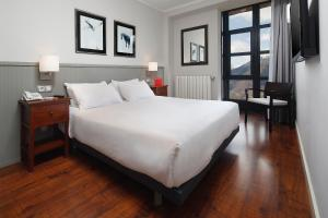 A bed or beds in a room at HG Cerler