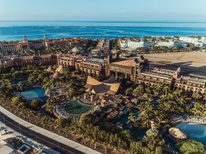 Een luchtfoto van Lopesan Baobab Resort