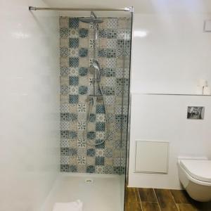 Salle de bains dans l'établissement Hotel Acadie Orly Morangis