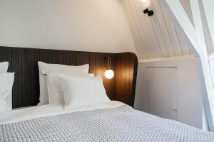 A bed or beds in a room at Cozy Pillow