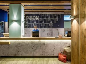 The lobby or reception area at ibis budget Bremen City Süd
