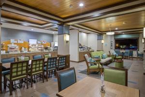 The lounge or bar area at Holiday Inn Express & Suites Kailua-Kona, an IHG Hotel