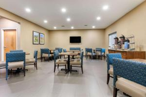 A restaurant or other place to eat at Comfort Suites Batesville