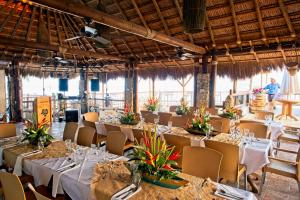 A restaurant or other place to eat at Hotel Isla del Encanto