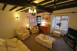A seating area at Pier Cottage