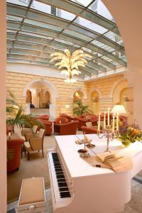 A restaurant or other place to eat at Hotel de France Wien