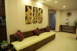 A seating area at Vintage Hpa An Hotel