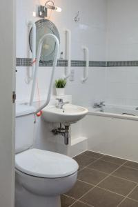 A bathroom at Sure Hotel by Best Western Aberdeen