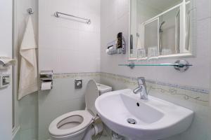 A bathroom at Hotel Artin